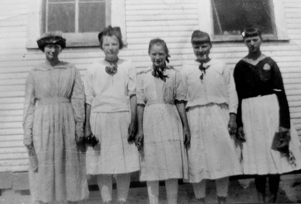 The middle girl is Bonnie's mother Bonnie Very Langley. She was my grandfather William Scyler's sister.